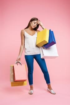 Adolescente fatiguée après une longue journée de shopping tenant la tête