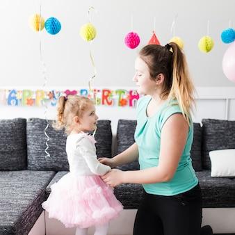 Adolescente et fille o fête d'anniversaire