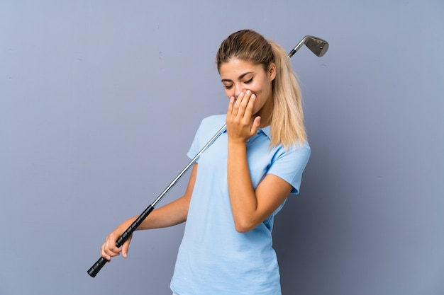 Adolescente golfeuse souriant beaucoup