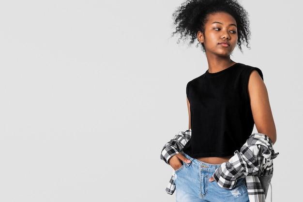 Adolescente en haut noir et chemise en flanelle pour la séance de mode grunge de vêtements pour jeunes
