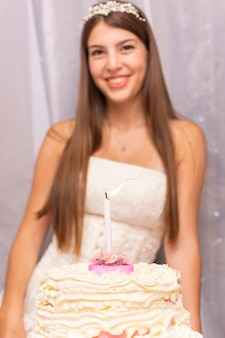 Adolescente heureuse fête son quinzième anniversaire avec un gâteau