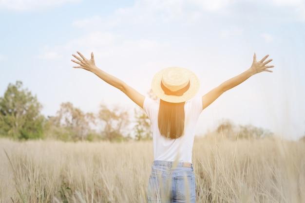 Adolescente heureuse avec la lumière du soleil en temps de détente
