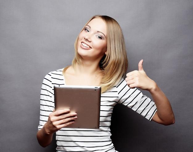 Adolescente heureuse avec ordinateur tablette pc