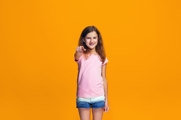 L'adolescente heureuse pointant vers vous