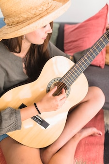 Adolescente, jouer guitare
