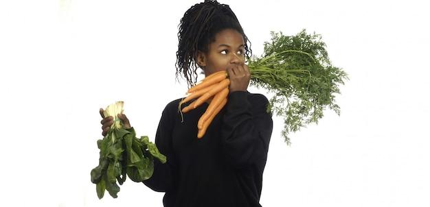 Adolescente avec des légumes