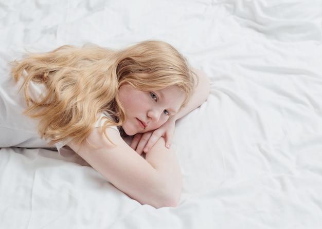 Adolescente sur lit