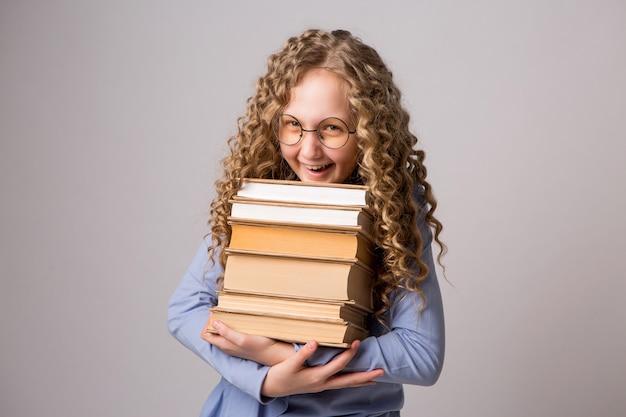 Adolescente avec des livres