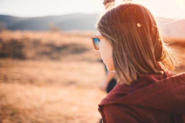 Adolescente marchant sur une route de montagne