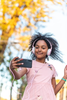 Adolescente mignonne s'amuser à l'extérieur.