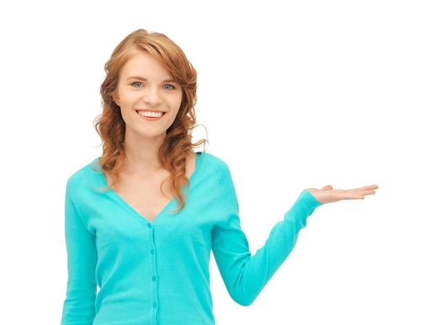 Adolescente montrant quelque chose sur la paume de sa main