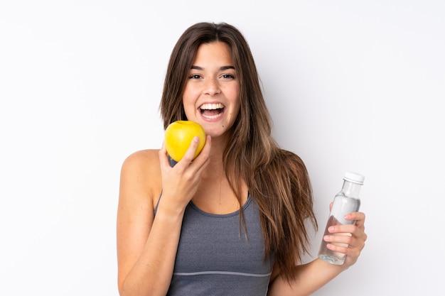 Adolescente avec une pomme et une avec une bouteille d'eau