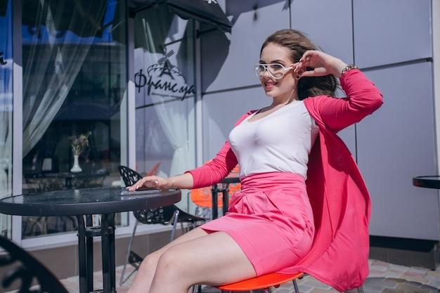 Une adolescente posant avec des lunettes modernes