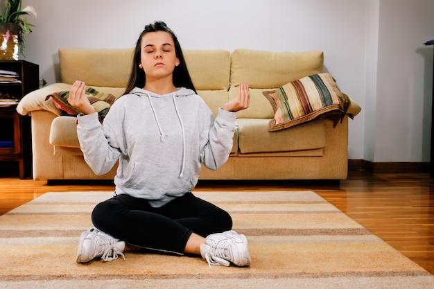 Adolescente, pratiquer le yoga à la maison