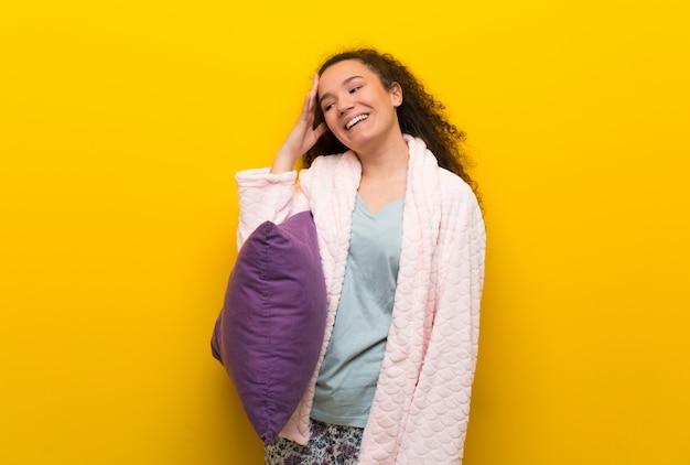 Une adolescente en pyjama a réalisé quelque chose et a l'intention de la solution