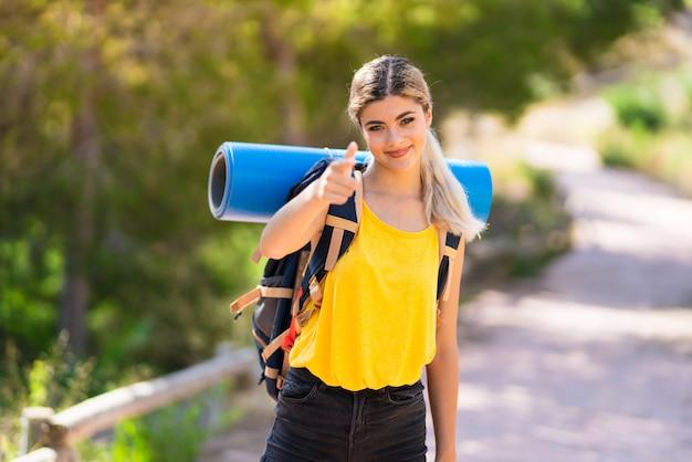 Adolescente, randonnée, à, plein air, points, doigt, expression confiante