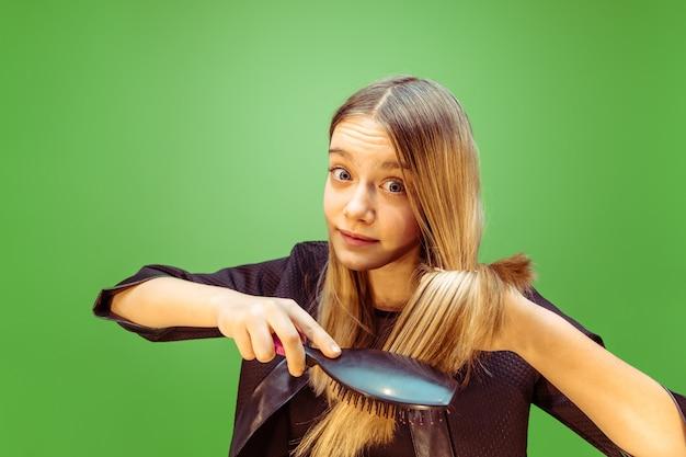 Adolescente rêvant de profession de maquilleur