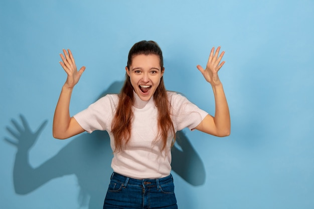 Adolescente en riant, choquée