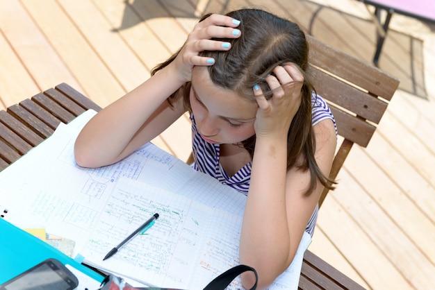 Adolescente s'ennuie fait ses devoirs