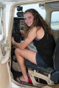 Adolescente sur le siège du pilote sur avion, satellite sector 5 rivera hernandez, la lima, cortes, hondur