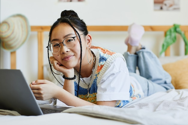 Adolescente souriante dans la chambre