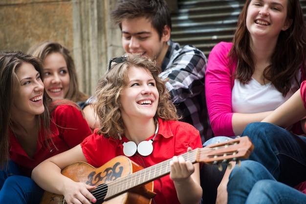 Adolescente souriante jouant