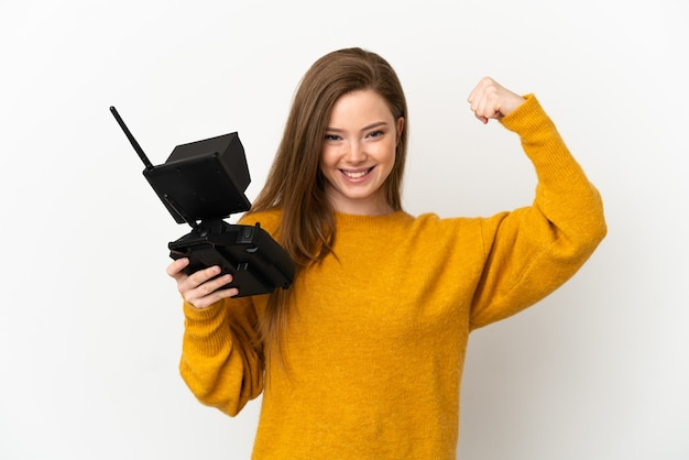 Adolescente tenant une télécommande de drone sur fond blanc isolé faisant un geste fort