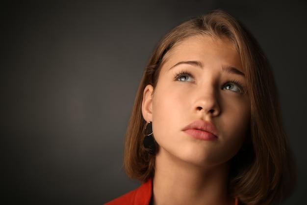 Adolescente triste sur dark