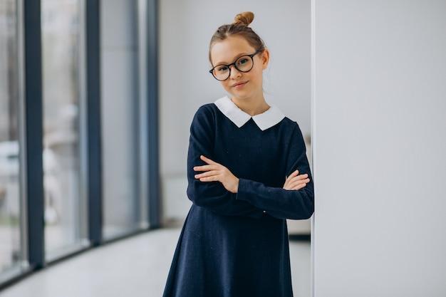 Adolescente en uniforme scolaire