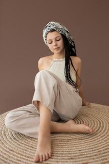 Adolescente avec des vêtements hippies et des dreadlocks