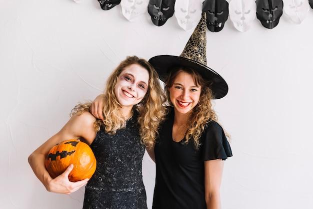 Des adolescentes en costumes et en citrouille