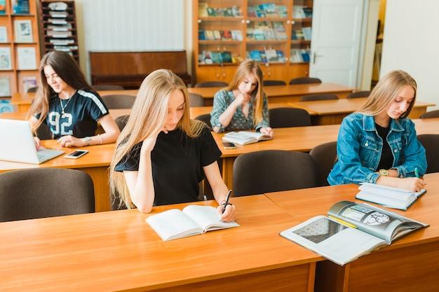 Adolescentes étudient en salle de classe