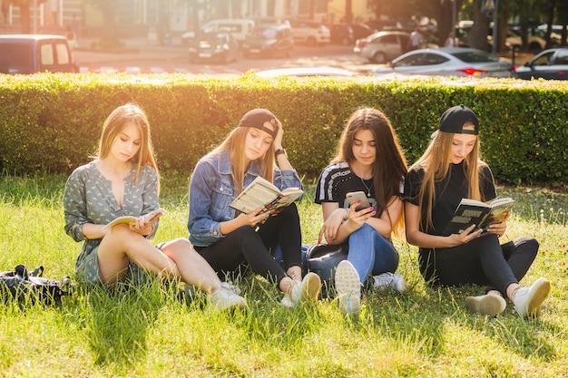 Adolescentes, lire des livres et utiliser un smartphone