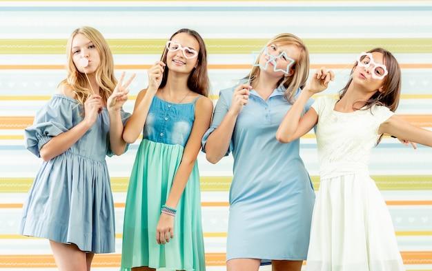 Les adolescentes en robes debout ensemble