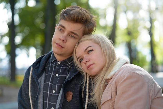 Adolescents amoureux rêvant des rayons du soleil d'automne. concept d'amour et de bonheur chez les adolescents