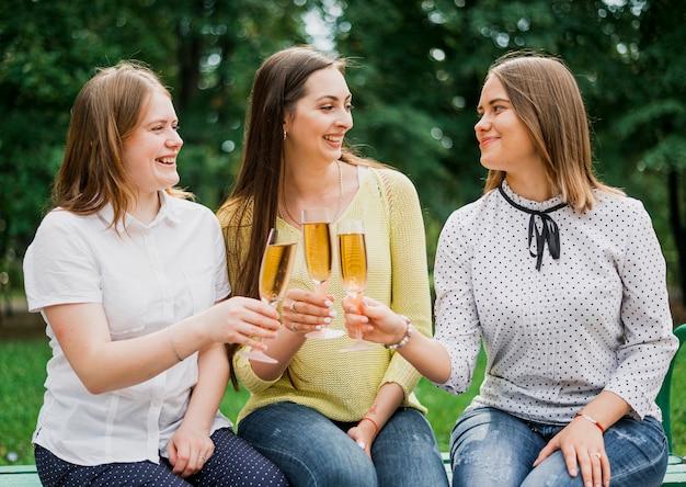 Les adolescents applaudissent avec des coupes à champagne