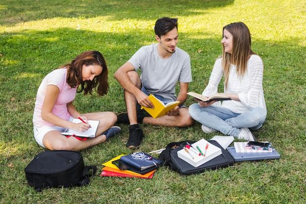 Les adolescents apprennent et se préparent aux examens