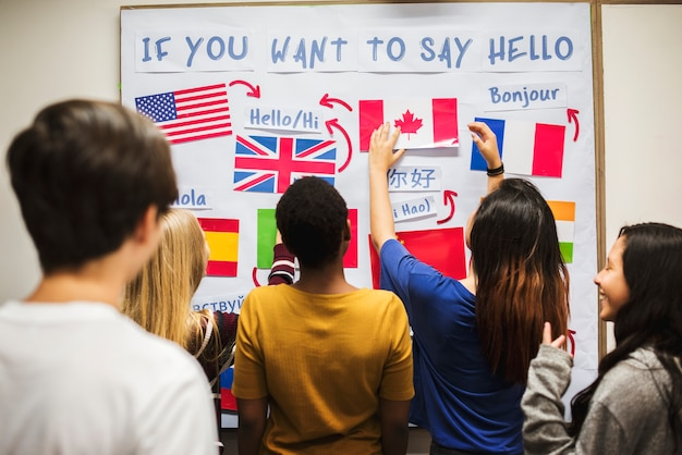 Des adolescents au tableau des drapeaux nationaux