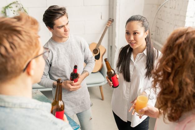 Adolescents bavardant