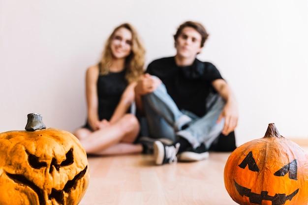 Adolescents avec des citrouilles d'halloween