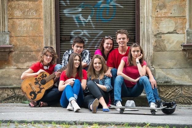 Adolescents cool posant