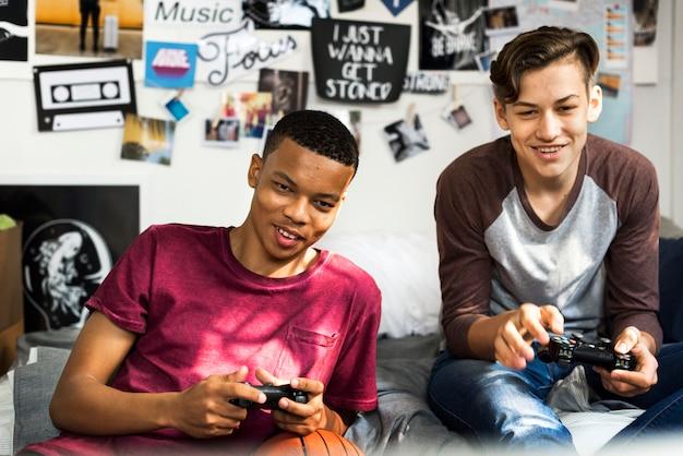 Adolescents dans une chambre à coucher jouant à des jeux vidéo