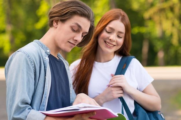 Des adolescents discutent de projets universitaires