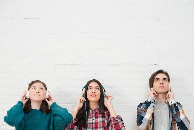 Adolescents écoutant de la musique
