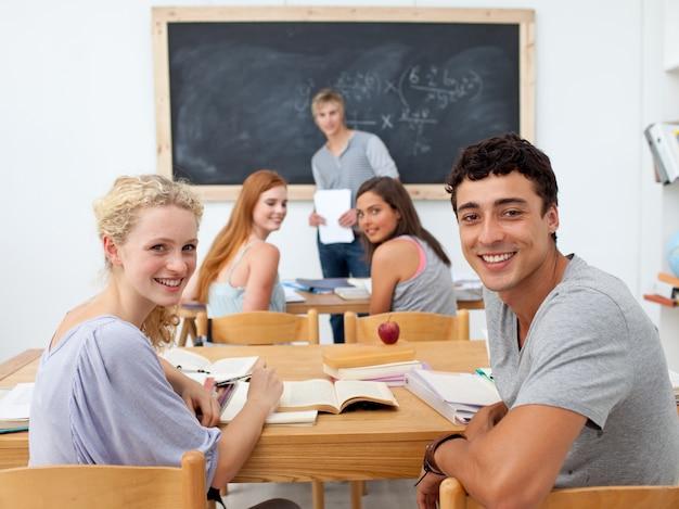Adolescents étudient ensemble dans une classe