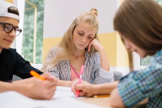 Les Adolescents Exercent Et étudient Photo gratuit