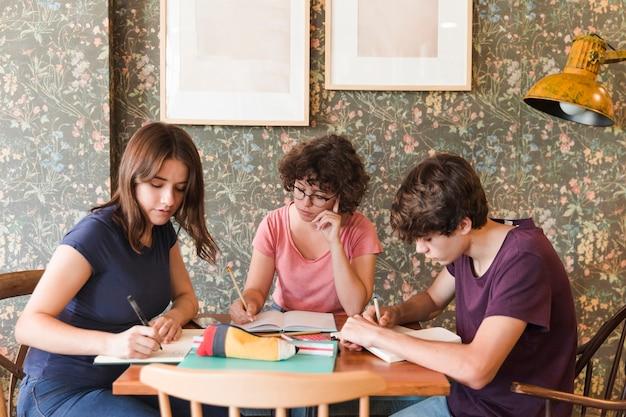 Adolescents, faire ses devoirs au café