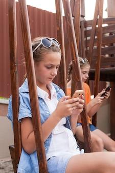 Adolescents avec des gadgets