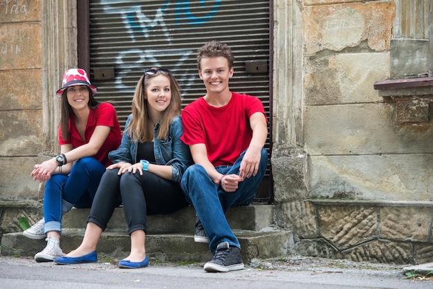 Adolescents heureux posant