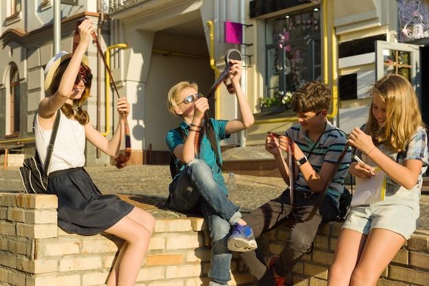 Adolescents intéressés à regarder des négatifs de film
